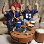 rodina sleduje sportovní — Stock fotografie