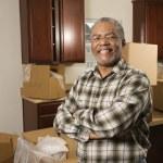 muž s úsměvem doma — Stock fotografie