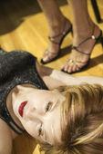 Kobieta, leżąc na podłodze. — Zdjęcie stockowe