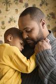Pai sorridente segurando filho — Foto Stock