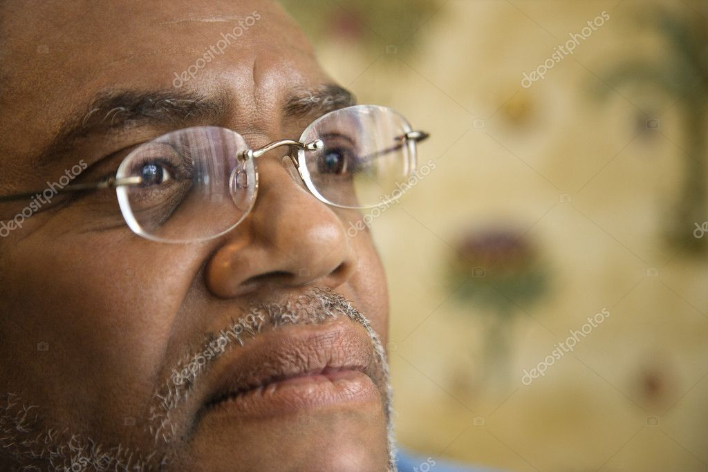 Portrait of senior black man in eyeglasses with serious expression.  Horizontal shot. — Stock Photo #9329855