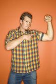 Uomo flettendo il muscolo. — Foto Stock