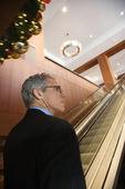 Podnikatel na eskalátoru. — Stock fotografie