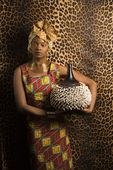 在传统的非洲服饰中年轻非洲裔美国女人 — 图库照片