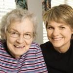 starší žena a mladší žena — Stock fotografie