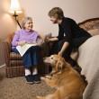 starší žena s mladší ženou a psem — Stock fotografie