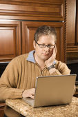 ラップトップ コンピューターを持つ男. — ストック写真