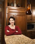 Femme dans la cuisine. — Photo