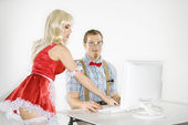 Man and woman with computer. — Foto Stock