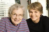 Mulher idosa e jovem — Fotografia Stock