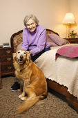 Mogen kvinna med hund. — Stockfoto