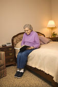 Mature woman reading. — Stock Photo