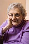 Anciana caucásica sonriendo. — Foto de Stock