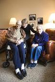 Filha com pais idosos. — Fotografia Stock