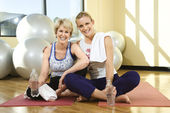 Women Sitting and Smiling at Gym — Stockfoto