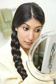 Ung kvinna tillämpa makeup — Stockfoto