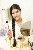 Mladá žena použití make-up — Stock fotografie