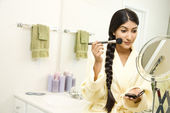 Young Woman Applying Makeup — ストック写真
