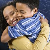 Vrouw knuffelen zoon — Stockfoto