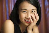 かなり若い女性の笑みを浮かべてください。. — ストック写真