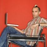 uomo che tiene il computer portatile — Foto Stock