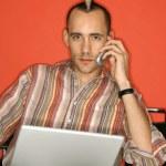 uomo con computer portatile e cellulare — Foto Stock