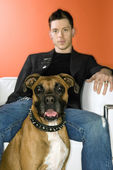Junger Mann mit Boxer Hund. — Stockfoto