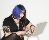 Mujer en ordenador portátil. — Foto de Stock