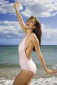 Mujer en la playa de maui. — Foto de Stock