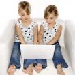 dizüstü bilgisayar ile ikiz kız — Stok fotoğraf