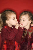 Gemelos manteniendo los dedos a la boca. — Foto de Stock