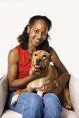 Holding ve köpek sevişme kadın. — Stok fotoğraf