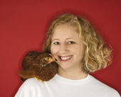 Woman with chicken on shoulder. — Stock Photo
