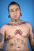 Homme avec tatouages et piercings. — Photo
