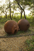 Twee roestige metalen ballen. — Stockfoto