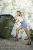 女性押すゴミ箱. — ストック写真