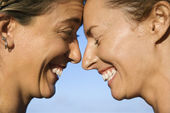 Women head to head smiling. — Stock Photo