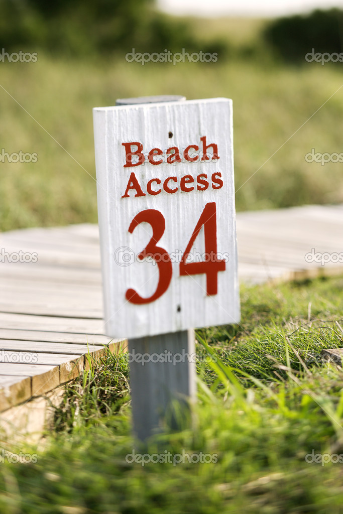 Beach access walkway and sign on Bald Head Island, North Carolina. — Stock Photo #9435412