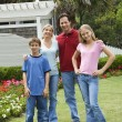 Foto Stock: Portrait of family in yard.