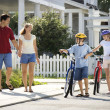 Family Walking with Bicycles - Foto Stock