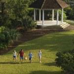 Rodzina spaceru w parku — Zdjęcie stockowe