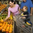 Family grocery shopping. — Stockfoto