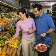 Couple grocery shopping. — Stockfoto