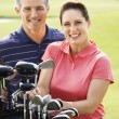 Couple on golf course. - Lizenzfreies Foto
