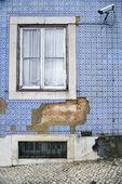 Câmera de segurança exterior no edifício negligenciada — Foto Stock