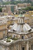 Dôme bâtiment et jardin sur le toit à rome — Photo