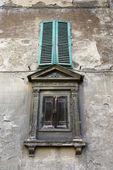 2 つの鎧戸付きの窓. — ストック写真