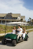 ゴルフのカートに乗って家族. — ストック写真