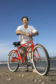 Man leunend op fiets op strand. — Stockfoto