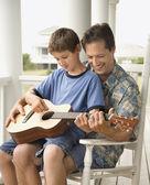 отец и сын, играть на гитаре — Стоковое фото